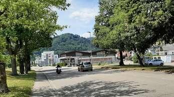 Der Umbau der Einmündung in die Friedrichstraße auf Höhe der Tankstelle ist eine der möglichen Maßnahmen. Kommt sie wie geplant, soll es beidseitig einen Radweg geben und eine Mittelinsel Fußgängern Schutz bieten.