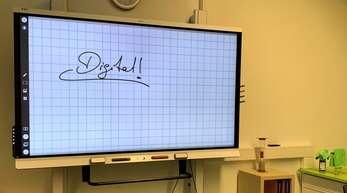 Das Haslacher Bildungszentrum ist bei der Digitalisierung schon sehr weit und setzt nun auch wieder voll auf Präsenz in mit digitalen Tafeln modern ausgestatteten Klassenräumen – auch in Grundschulklassen.
