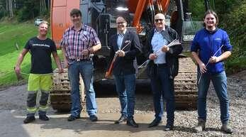 Fertigstellung Breitbandausbau im Teilstück Ullerst-Berg-Biereck (von links): Ingo Braun (Tiefbau Schöpf), Meinrad Mickenautsch, Bürgermeister Martin Aßmuth, Josef Glöckl-Frohnholzer von der Breitband Ortenau und Mathias Klausmann (Tiefbau Schöpf)