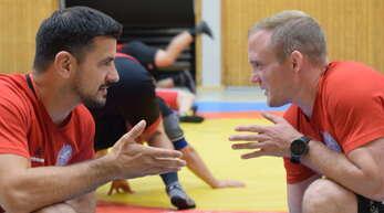 Die KSV-Trainer Mario Allgaier (von links) und Manuel Krämer müssen gegen die KG Baienfurt-Ravensburg-Vogt auch ein gutes Händchen bei der Aufstellung haben, auch wenn der taktische Spielraum überschaubar ist.