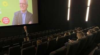 Rund 40 Zuhörer haben es sich in den Sitzen im Kino-Saal bequem gemacht. Grünen-Kandidat Thomas Zawalski richtete vor dem Filmstart einige Worte an sie.