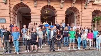 Bürgermeister Thorsten Erny (Mitte) hat alle Helfer und Helferinnen des Sommerferienprogramms zu einem gemeinsamen Essen eingeladen.