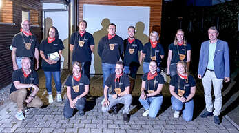 Narrenvater Timo Schillinger (hinten, von links) verabschiedete Ingrid Hellmig. Mit auf dem Foto der in Teilen neu besetzte Narrenrat der Narrenzunft Halbmeil und Bürgermeister Thomas Geppert (rechts).