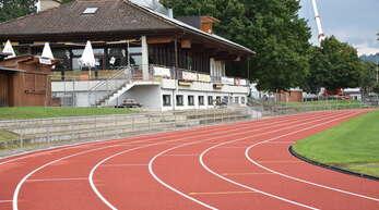 Die neue Tartanbahn im Oberkircher Renchtalstadion trägt schon den markanten roten Deckbelag.