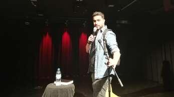 Witzig, skurril, gekonnt: ein Abend mit dem Stand-up-Comedy-Künstler Amjad, der das Lachen verbreiten will und die Angst vermeiden.