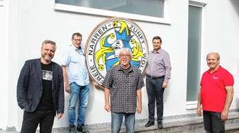 Alexander Thau (links) und Hans-Eberhard Rök (rechts) von der Sparkasse-Wolfach-Stiftung freuten sich am Freitag mit Hans Glunk (weiter von links), Narrenvater Hubert Kessler und Heiko Schneider über die fast abgeschlossene Sanierung der Narrenkammer.