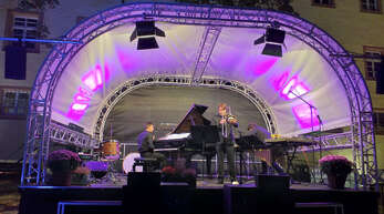 Das Trio Nicholas Rimmer (Klavier, von links), Frederic Belli (Posaune) und Johannes Fischer (Perkussion) begeisterte zum Auftakt der Wolfacher Schlosshofkonzerte am Freitagabend die Zuhörer.