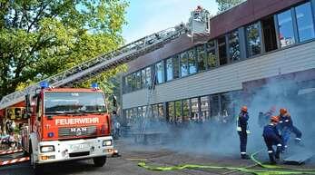Mit der Dreh- und Steckleiter mussten bei der Schauübung zum 50-jährigen Bestehen der Haslacher Jugendfeuerwehr die durch den fiktiven Brand im Schulhaus Eingeschlossenen gerettet werden.