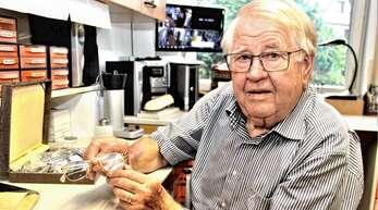 Optikermeister Franz Büchler (82) zeigt sein Prüfungsstück: eine Trifokalbrille.