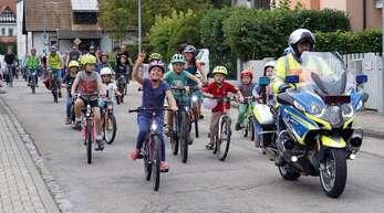 Unter Polizeischutz rollten die Kinder durch Kehl und machten so auf die Situation junger Radfahrer in der Stadt aufmerksam.
