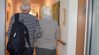 Im Pflegeheim Erlenbad in Obersasbach hat die an Demenz erkrankte Seniorin seit Kurzem ihr Zuhause. Ihr Sohn hatte sie zuvor jahrelang zu Hause begleitet.