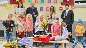 Neben Elternvertreterin Sandra Mayer (hinten von links) und Horst Zentner gratulierten Silvia Hurst (Mitte) auch Nachfolgerin Sarah Bonekämper-Rau und Andreas König.