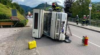Ein Wohnmobil kippte in Oppenau um, die Ursache ist noch nicht geklärt.