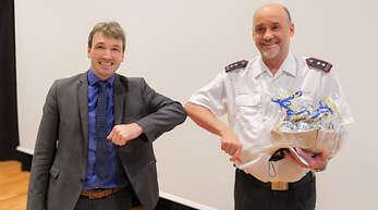 Bürgermeister Thomas Geppert (links) verpflichtete den stellvertretenden Kommandanten Christian Keller für eine weitere Amtszeit im Leitungsduo der Feuerwehr Wolfach.