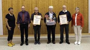 Männergesangverein Mühlenbach (von links):Bürgermeister- Stellvertreterin Evmarie Buick, Erich Becherer, Karl Klausmann, Karl Geiger, Franz Neumaier und Michaela Dilger-Gstädtner (Schriftführerin im Chorverband Kinzigtal)