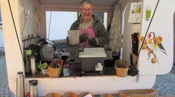 Der Scherenschleifer in seinem urigen Wägelchen bot auf dem Bauernmarkt seine Dienste an.