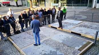 Oberbürgermeister Klaus Muttach (rechts) und Landschaftsarchitekt Alexander Buchmüller erläutern vor dem Rathauseingang anhand von Musterbelägen Vor- und Nachteile unterschiedlicher Pflastervarianten.