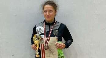 Marie Trayer mit Pokal und Medaille in Riga.