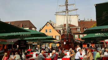 Endlich wieder Hamburger Fischmarkt! Nach den aktuellen Planungen soll das kultige Schiff im Oktober wieder auf den Offenburger Marktplatz einlaufen.