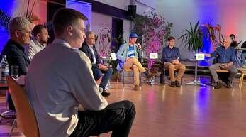 Die Kandidatenrunde (von vorne beginnend): Simon Bärmann (Die Linke), Peter Cleiß (Die Basis), Martin Gassner-Herz (FDP), Matthias Katsch (SPD), Moderator Felix Neumann, Johannes Rothenberger (CDU) und Thomas Zawalski (Grüne).