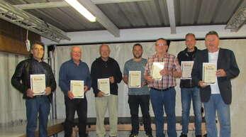 Die bei der Versammlung anwesenden langjährigen Mitglieder (von links): Rolf Kindler, Reimund Goth, Hans Groß, Simon Kabbeck, Matin Wörter, Adrian Mitteldorf und Peter Ell.