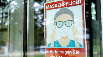 Schild, das auf die Maskenpflicht hinweist.