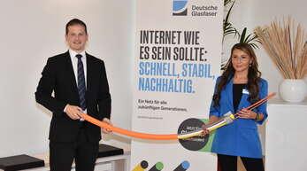 Bürgermeister Christian Huber und Marina Wilberger (Deutsche Glasfaser) erläuterten das Prozedere auf dem geplanten Weg zum schnellen Internet für Willstätt.