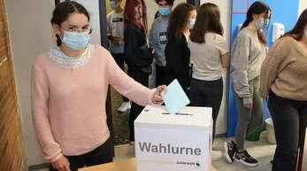 An der Heimschule Lender nehmen Schüler an einer Jugendwahl teil.