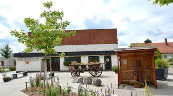 Die 1974 erbaute Festhalle erhielt 2005 den Namen Erwin-Maurer-Halle. Der Einsatz des Bürgermeisters machte den Bau der Halle möglich.