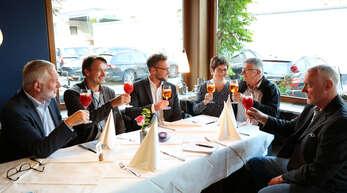 Essen mit Siegerin und Bürgermeister (von links): Wolfgang Kollmer, Christian Wagner, Tobias Uhrich, Ursula Sutter, Günther Sutter und Klaus Krüger.