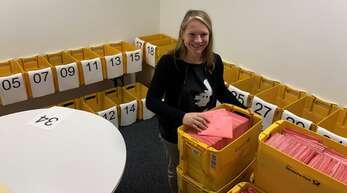 Die eingetroffenen Briefwahlunterlagen werden in einem Nebenraum gesammelt. Erst am Wahlabend dürfen die Umschläge geöffnet werden.