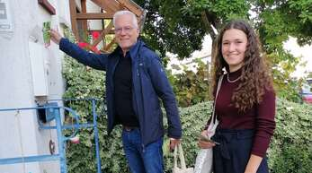 Bürgernah und persönlich: Der Bundestagskandidat der Grünen, Thomas Zawalski, und Elisabeth Schilli verteilen Flyer beim Haustür-Wahlkampf in Offenburg.
