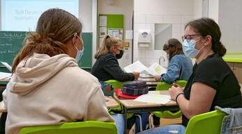 Angeregte Diskussion: Sollte Deutschland eine Wahlpflicht einführen? Jeweils zwei Schüler diskutieren miteinander, wer welche Position einnimmt, wurde zugelost.