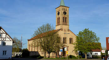 Als charmantes Dorf am Rhein präsentiert sich das kleine Honau - hier die Dorfkirche.