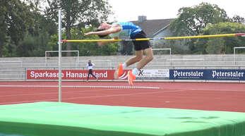 1,84 Meter, wie seine Körpergröße: Elias Fischer vom TV Haslach beim Hochsprung im Kehler Rheinstadion, wo er mit erneutem Kreisrekord gewann.