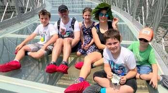 In China erlebte die sechsköpfige Familie Hollergschwandner so manches Abenteuer - zum Beispiel auf einer gläsernen Brücke
