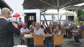 Zauberkunststückchen unter freiem Himmel gab es beim ersten Seniorennachmittag nach der Corona-Pause.