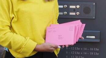 Azubi Johanna Benz oder eine ihrer Kolleginnen und Kollegen leeren auch noch am Wahlsonntag den Briefkasten im Rathaus Illenau um die Briefwahlpost weiterzuleiten.