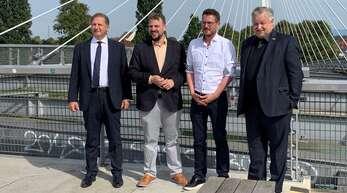 Wahlkampfhilfe von drüben: FDP-Direktkandidat Martin Gassner-Herz (2. von links) hatteSylvain Waserman, Mitglied der französischen Nationalversammlung (ganz links) und den FDP-Bundestagsabgeordneten Michael Link (rechts) zu einem deutsch-französischen Dialog auf die Passerelle geladen. Mit dabei war auch Tino Ritter, FDP-Kandidat im Wahlkreis Emmendingen-Lahr.