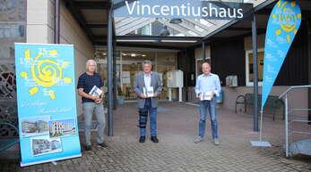 Der Oppenauer Vincentius-Verein feiert sein 150-jähriges Jubiläum. Dazu wurde eigens eine Festschrift gedruckt, die Werner Decker (v. l., stellv. Vorsitzender), Manfred Roth (Geschäftsführer) und Martin Fischer (stellv. Vorsitzender) präsentieren.