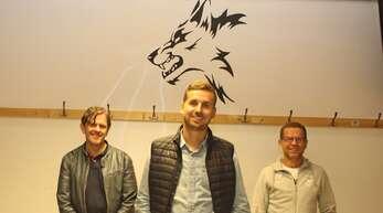 """Ehrung beim FV Rammersweier: Patrik Knopf (links) und Udo Wolter (rechts) würdigten Philipp Wolber zu 25 Jahren Treue zu den """"Wölfen""""."""