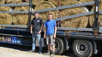 LKW-Fahrer Kevin Baumann (links) aus Lautenbach und Marcel Körner (rechts) aus Linx kümmern sich um den Transport eines LKW mit 40 Rundballen Stroh. Die Futterspende stammt von Landwirt Thorsten Stephan aus Diersheim; sie geht ins Flutgebiet im Kreis Ahrweiler.