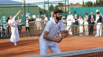 Im Sportdress der 1920er-Jahre zeigte ein Doppel bei der 100-Jahr-Feier, dass auch heute noch mit Holzschlägern Tennis gespielt werden kann.