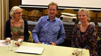 Mechthild Schöll (von links), Oliver Herrmann und Martina Herrmann informierten zu einem gesellschaftlich umstrittenen Thema.
