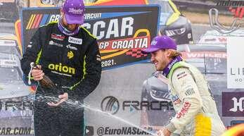 Justin Kunz (r.) konnte nach dem ersten Rennen in Kroatien mit dem Schampus spritzen.