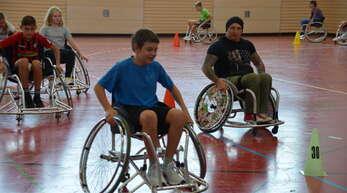 Ganz neue Erfahrungen machte die Schülerinnen und Schüler mit dem Rollstuhl in der Sporthalle ihrer Schule.