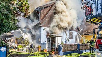 Die Feuer kämpfte - aber am Schluss war das Haus nicht mehr zu retten.