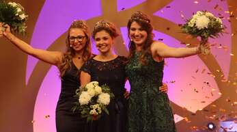 Strahlende Siegerin: Sina Erdrich aus Durbach (Mitte) wurde am Freitagabend zur 73. Deutschen Weinkönigin gewählt. Neben ihr sind die beiden neuen Deutschen Weinprinzesinnen zu sehen, Saskia Teucke (rechts) und Linda Trarbach.