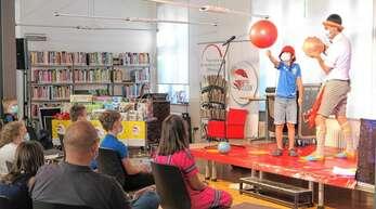 """Clown Rinaldo brachte Stimmung und animierte zum Mitmachen beim Abschlussfest von """"Heiß auf Lesen"""" unter Pandemiebedingungen."""