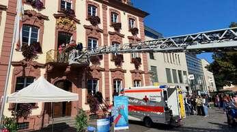 """Mit einer spektakulären Übung am Offenburger Rathaus haben die Hilfsdienste aufgezeigt, was bei Herzstillstand zu tun ist. """"Prüfen, rufen, drücken"""" sind die lebensrettenden Schritte."""
